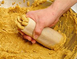 [からし蓮根の製造工程 - 03] からし味噌を詰める工程